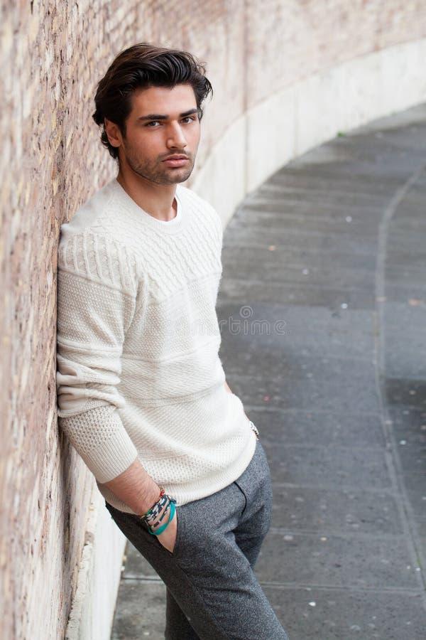 Hombre hermoso joven de moda, manos en bolsillos Calle de la manera imagen de archivo libre de regalías