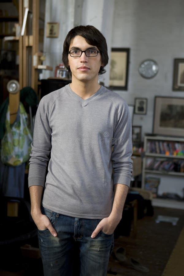 Hombre hermoso joven del retrato en vidrios fotos de archivo
