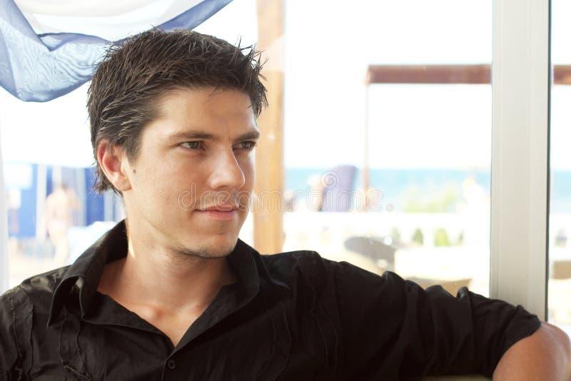Hombre hermoso joven elegante que mira lejos imagen de archivo