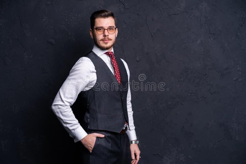 Hombre hermoso joven elegante Retrato de la moda del estudio imagenes de archivo