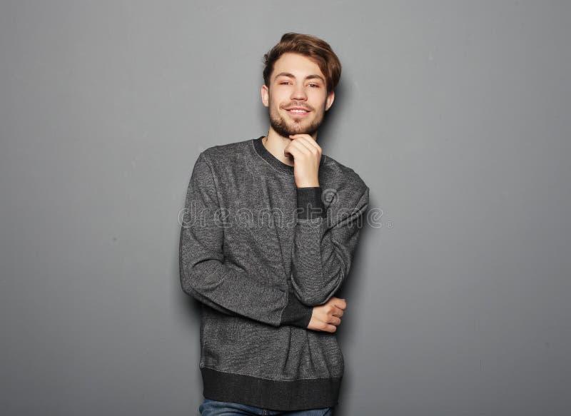 Hombre hermoso joven elegante Retrato de la moda del estudio foto de archivo