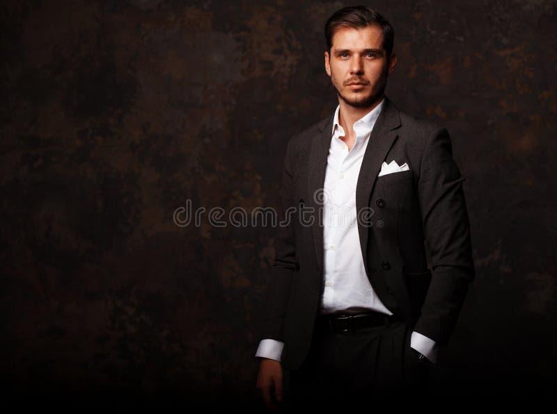 Hombre hermoso joven elegante Retrato de la moda del estudio fotografía de archivo libre de regalías