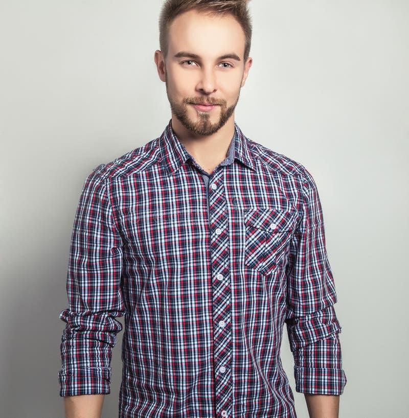 Hombre hermoso joven elegante y positivo Retrato de la moda del estudio fotos de archivo