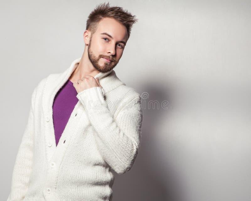 Hombre hermoso joven elegante y positivo Retrato de la moda del estudio fotos de archivo libres de regalías