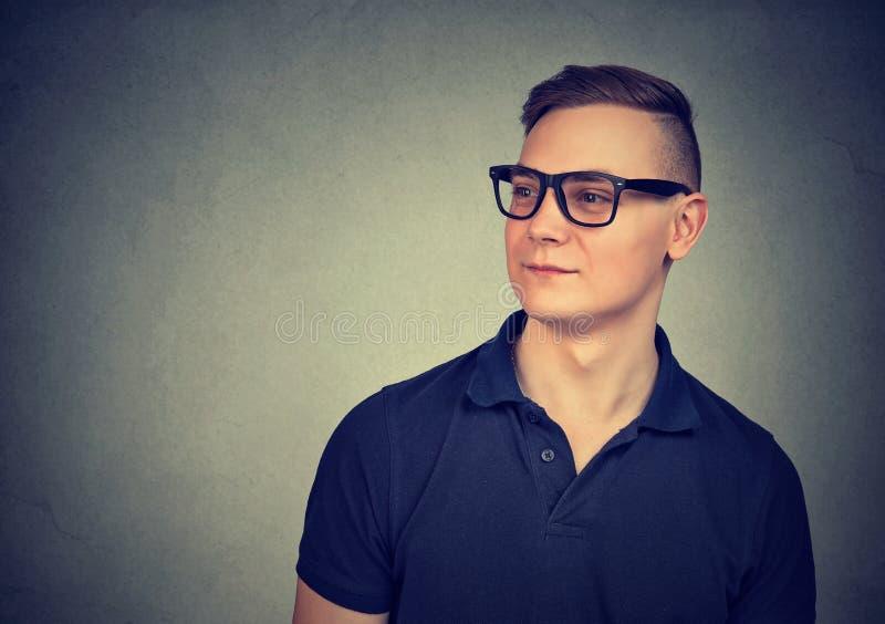 Hombre hermoso joven en lentes fotografía de archivo