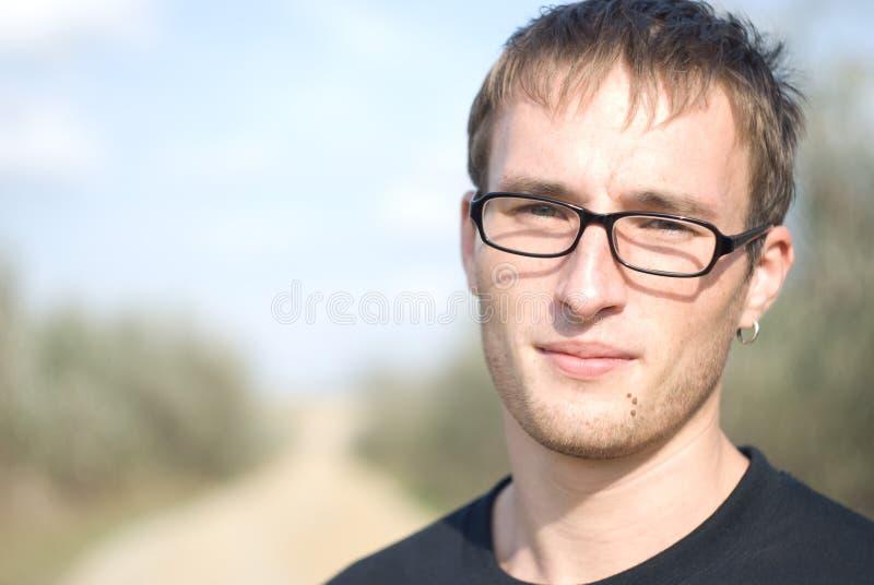 Hombre hermoso joven en vidrios imágenes de archivo libres de regalías