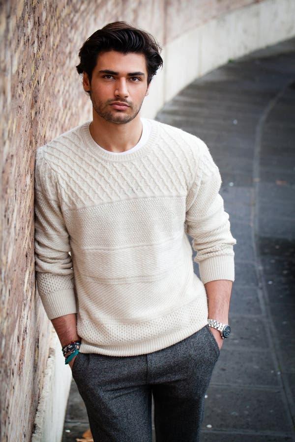 Hombre hermoso joven, manos en bolsillos Hombre de la moda del otoño imagenes de archivo