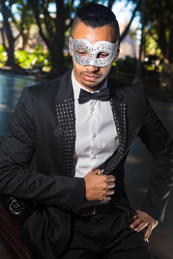Hombre hermoso listo para asistir a un partido de la mascarada fotografía de archivo