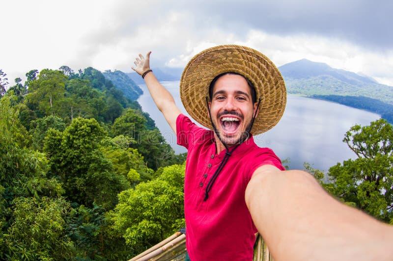 Hombre hermoso loco que toma un selfie en un paisaje escénico imágenes de archivo libres de regalías