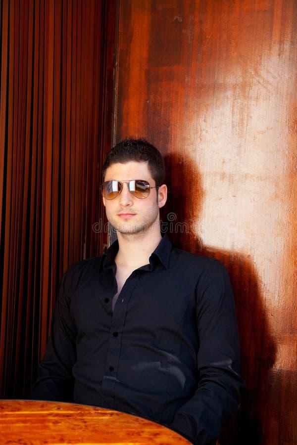 Hombre hermoso mediterráneo latino con las gafas de sol foto de archivo