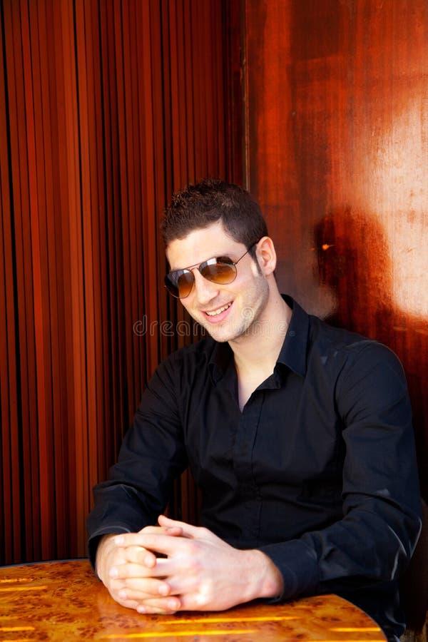 Hombre hermoso mediterráneo latino con las gafas de sol fotos de archivo libres de regalías