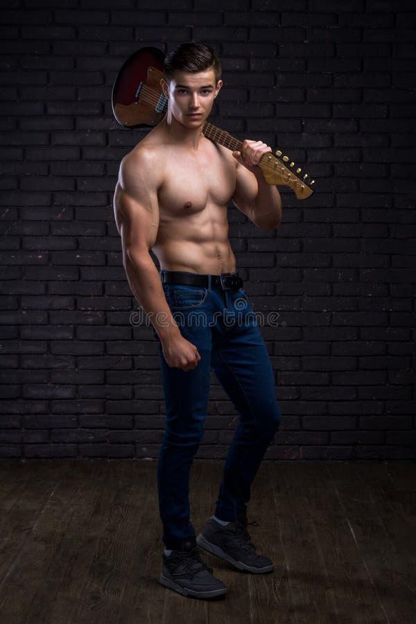 Hombre hermoso muscular fotografía de archivo libre de regalías