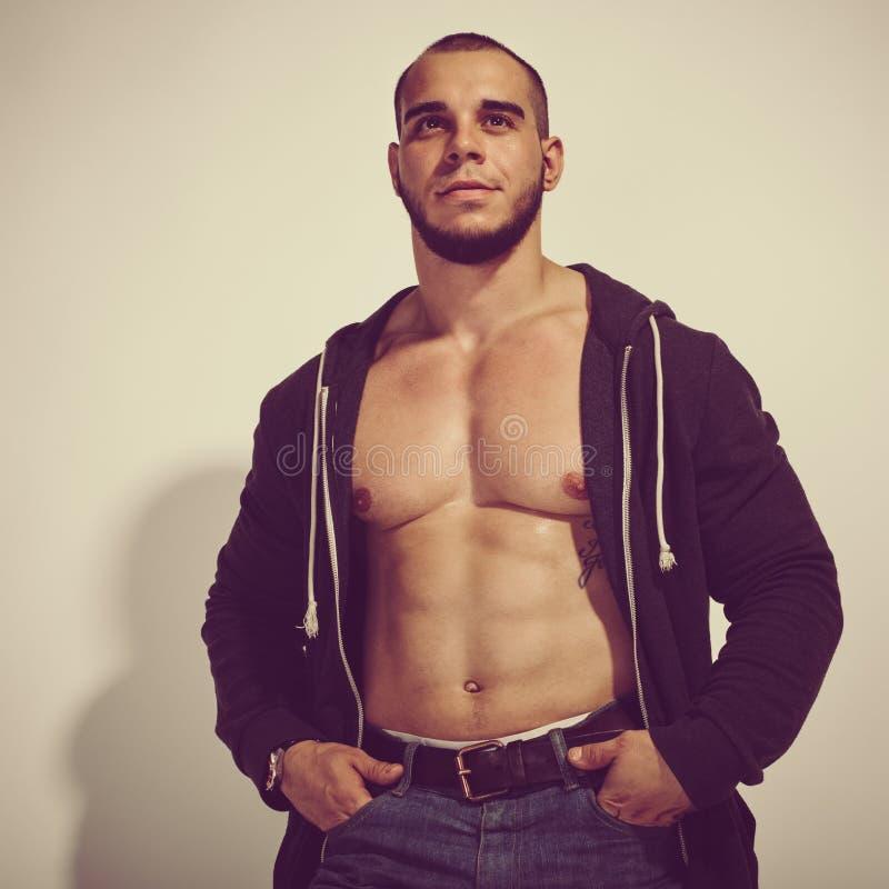 Hombre hermoso muscular joven imágenes de archivo libres de regalías
