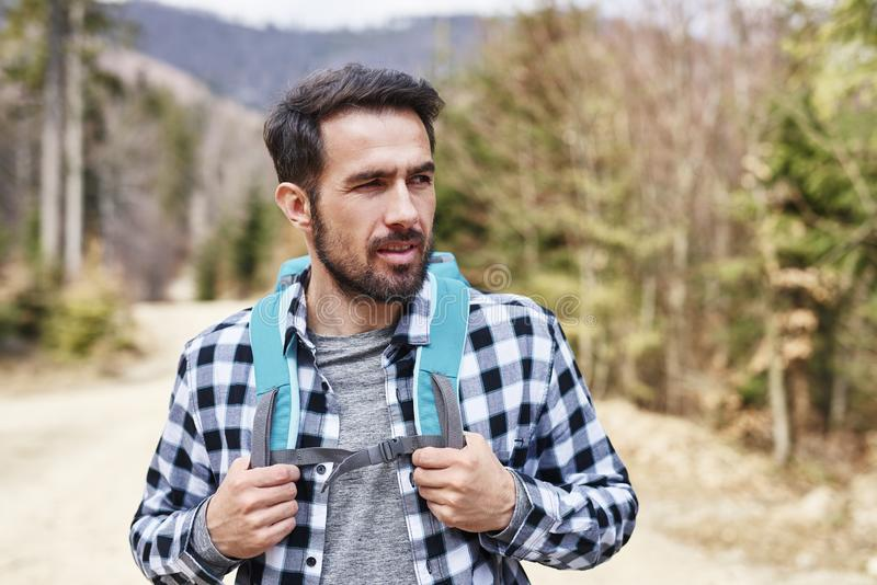 Hombre hermoso que disfruta de la visión durante viaje en las montañas imagenes de archivo