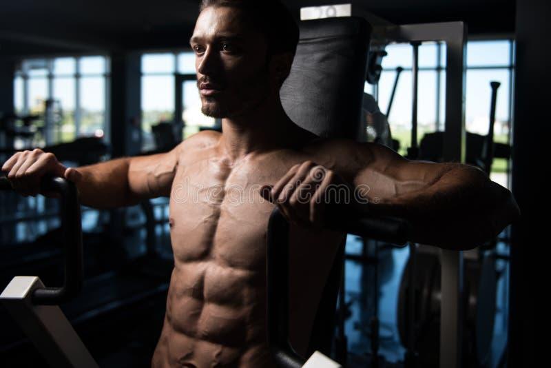 Hombre hermoso que hace el ejercicio pesado para el pecho imagen de archivo