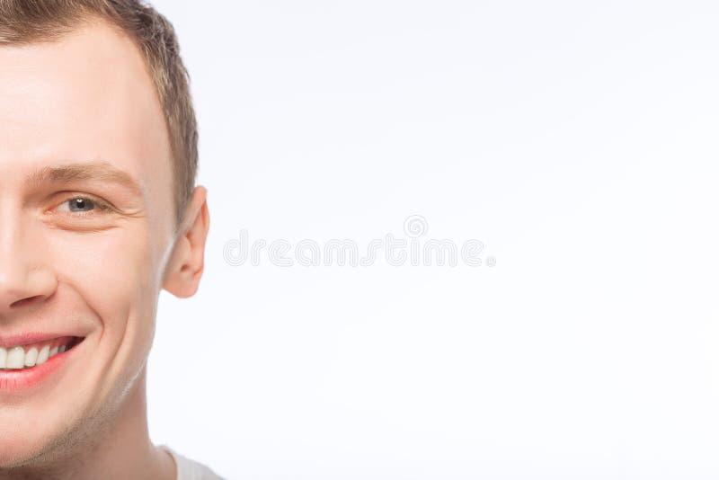 Hombre hermoso que lleva una sonrisa imagenes de archivo