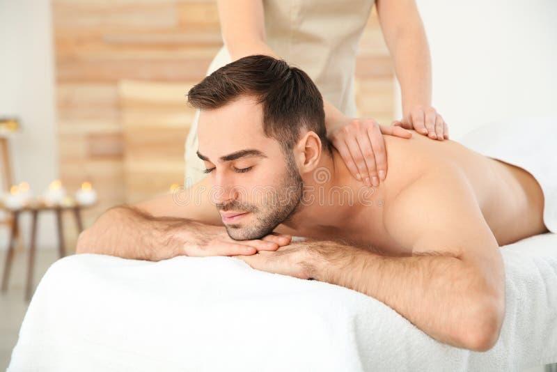 Hombre hermoso que recibe masaje trasero fotos de archivo