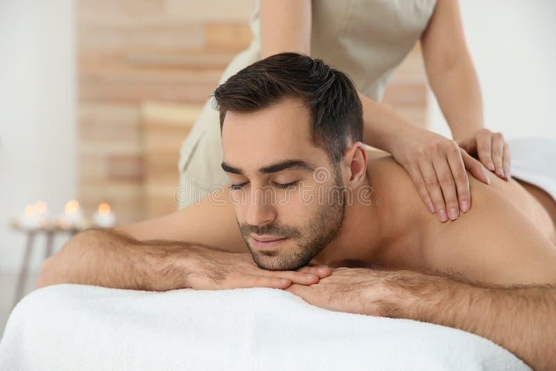 Hombre hermoso que recibe masaje trasero imagen de archivo