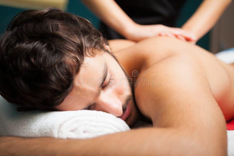 Hombre hermoso que tiene un masaje imágenes de archivo libres de regalías