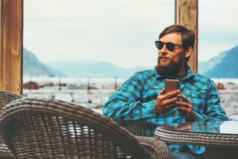 Hombre hermoso que usa al hombre de negocios moderno del concepto de la tecnología del éxito de la forma de vida del smartphone q fotografía de archivo