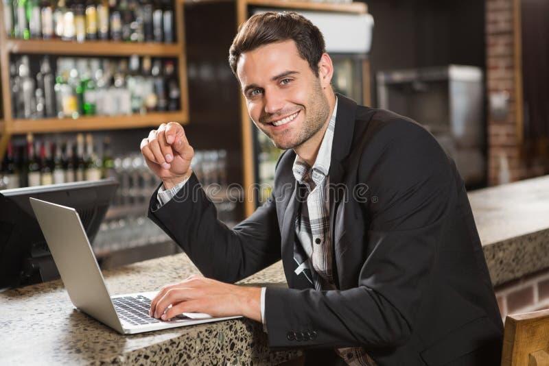 Hombre hermoso que usa el ordenador portátil imagenes de archivo