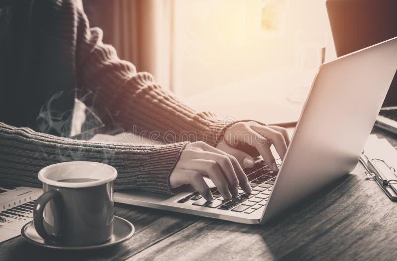 Hombre hermoso que usa un ordenador portátil brillante en la tarde y fotos de archivo libres de regalías