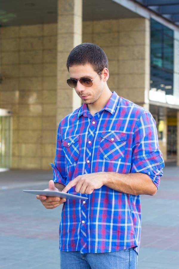 Hombre hermoso que usa una tableta digital foto de archivo libre de regalías