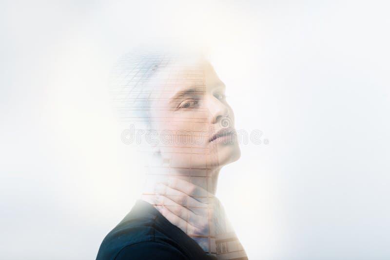 Hombre hermoso seguro de sí mismo que mira derecho de tacto a su cuello fotografía de archivo