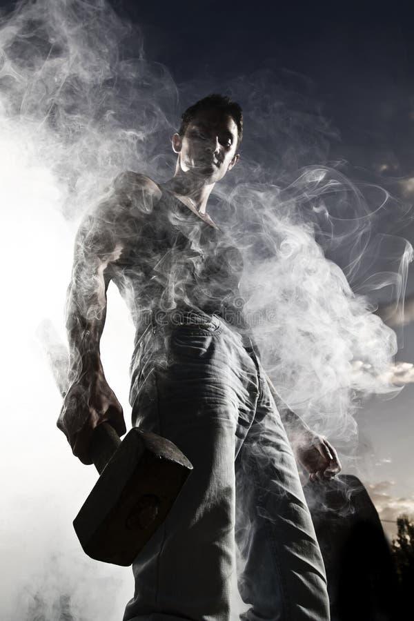 Hombre hermoso y humo abstracto fotos de archivo