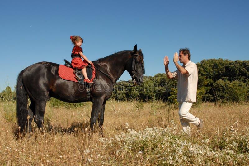Hombre, hija y caballo imagen de archivo libre de regalías