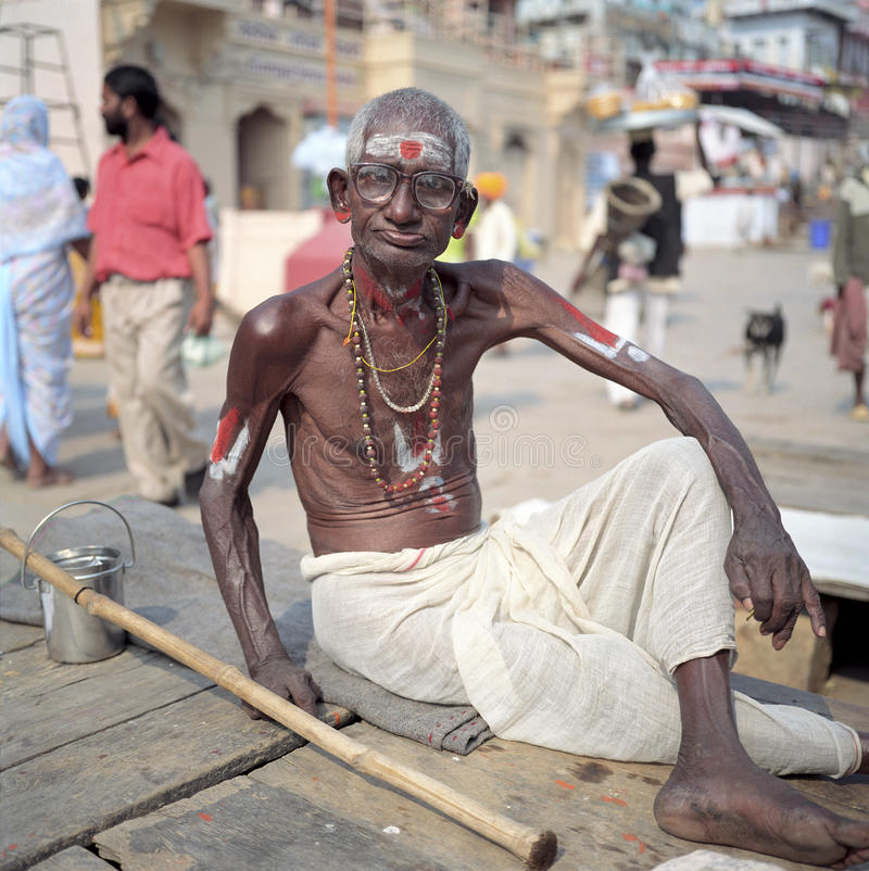 Hombre hindú en ghats en Varanasi, la India imagen de archivo libre de regalías