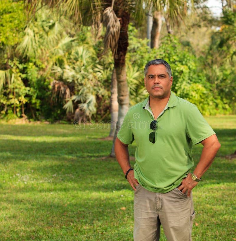 Hombre hispánico hermoso imagenes de archivo
