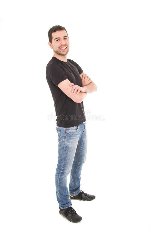 Hombre hispánico joven que presenta con los brazos cruzados foto de archivo libre de regalías
