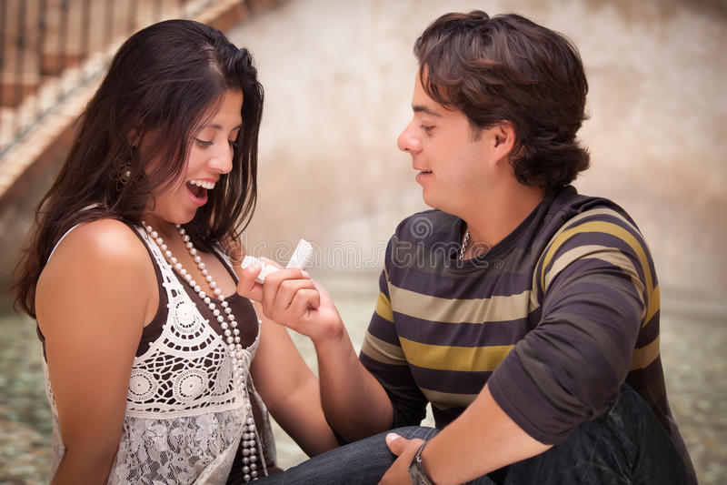 Hombre hispánico que propone a su amor imagen de archivo