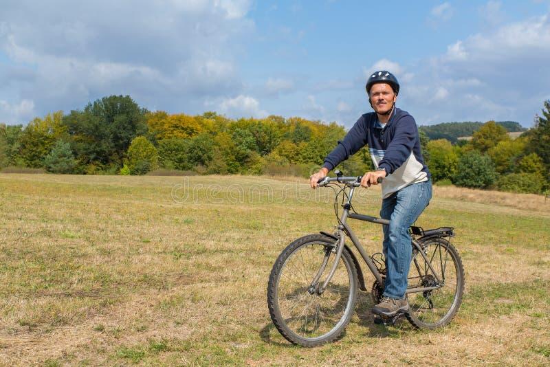 Hombre holandés en la bici de montaña en naturaleza imagen de archivo libre de regalías