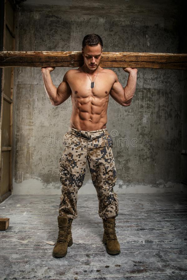 Hombre impresionante del ejército con el torso desnudo fotos de archivo libres de regalías