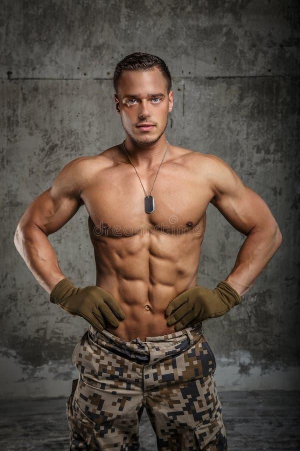 Hombre impresionante del ejército con el torso desnudo foto de archivo