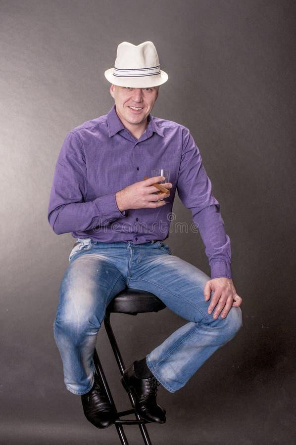 Hombre Impresionante En Un Sombrero Con Un Vidrio Del Whisky Y De Un ...
