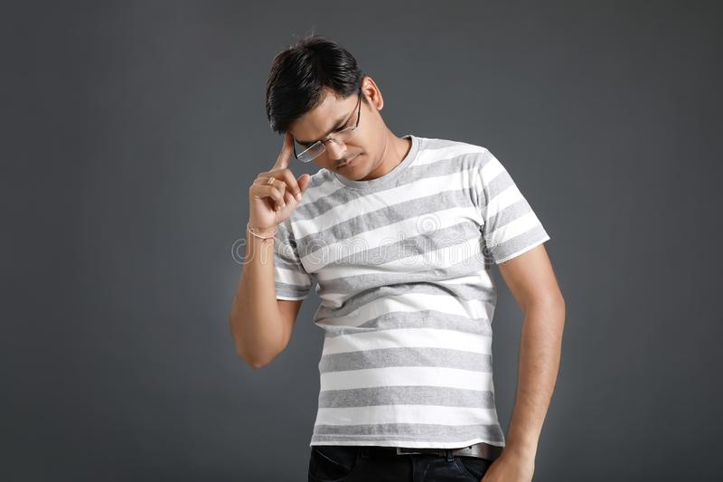 Hombre indio joven en la tensi?n foto de archivo