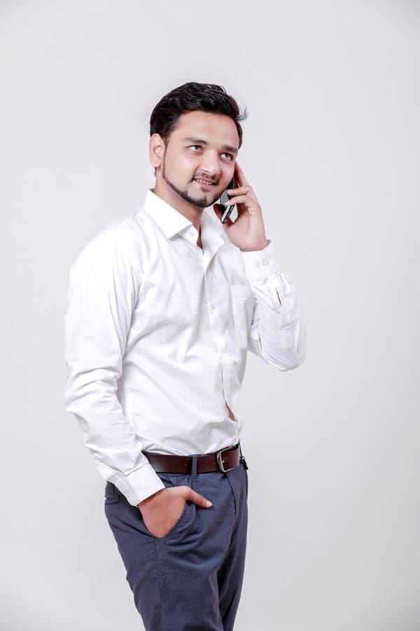 Hombre indio joven usando móvil imagen de archivo