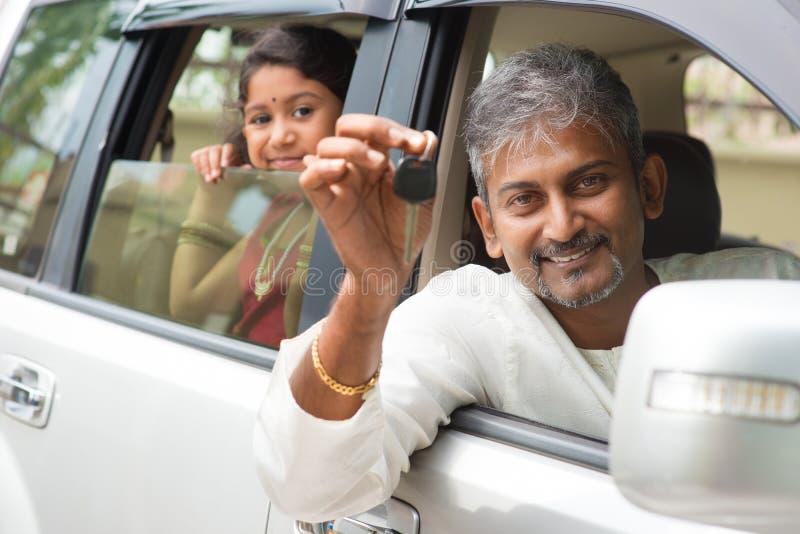 Hombre indio que muestra su nueva llave del coche imagen de archivo libre de regalías