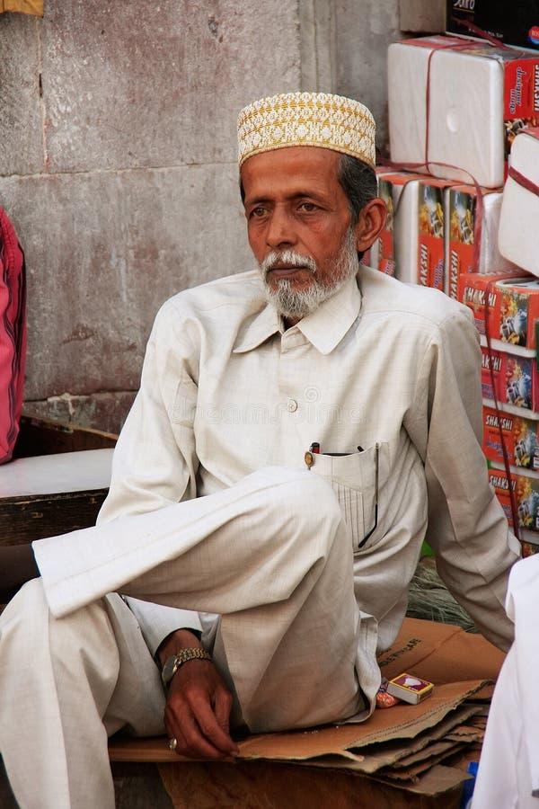 Hombre indio que se sienta en el mercado de Sadar, Jodhpur, la India fotos de archivo libres de regalías