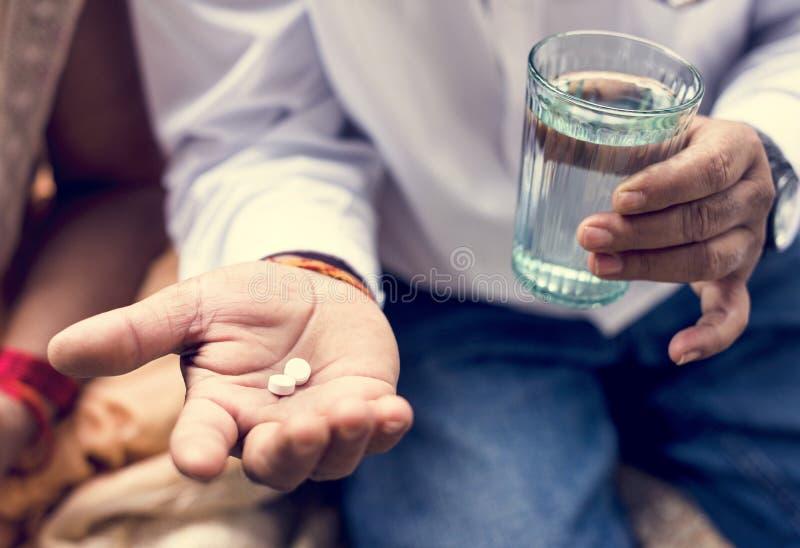 Hombre indio que toma la medicina de las tabletas imagen de archivo libre de regalías