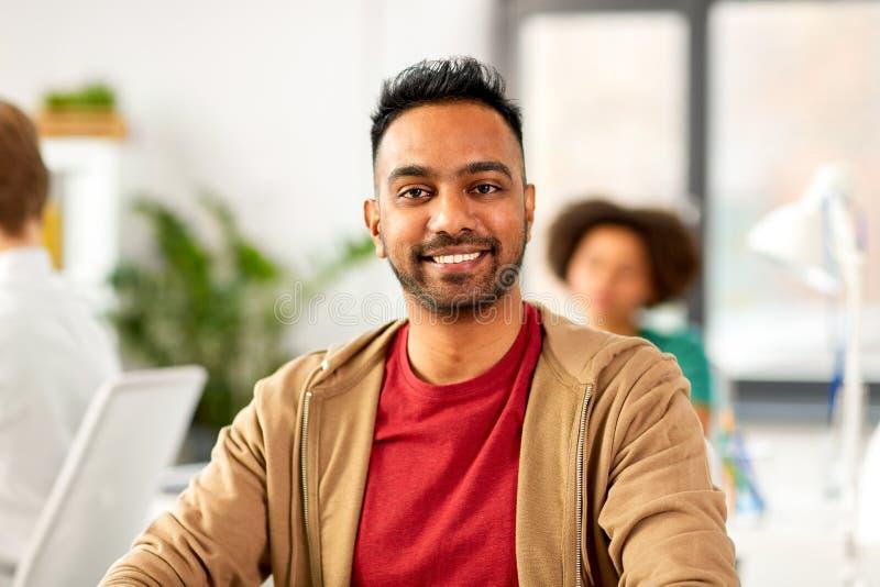 Hombre indio sonriente en la oficina fotos de archivo libres de regalías