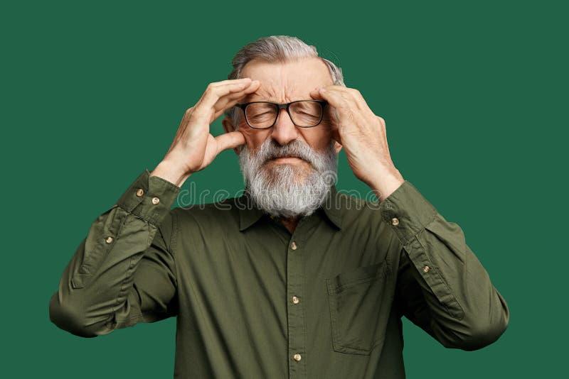 Hombre infeliz con los ojos cerrados que intentan recordar una cierta información, hechos imágenes de archivo libres de regalías