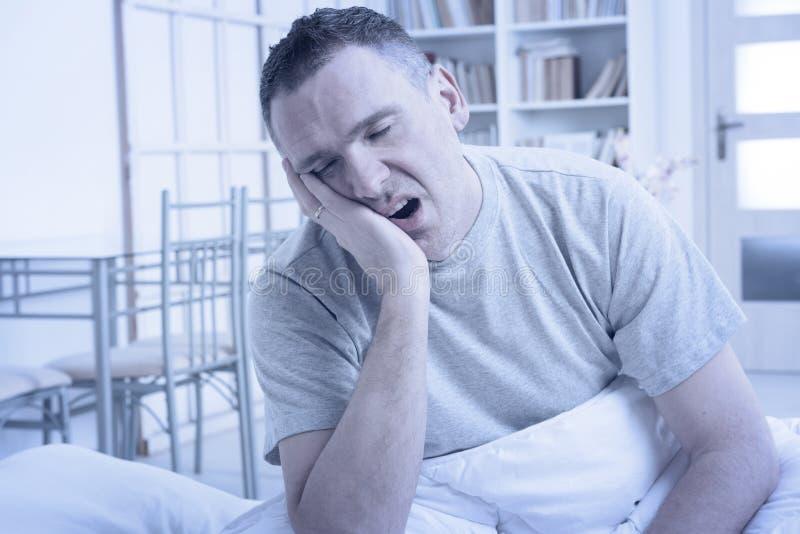 Hombre insomne en cama foto de archivo libre de regalías