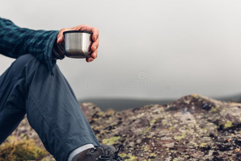 Hombre irreconocible del caminante que sostiene la taza en su mano Caminar advenimiento imagenes de archivo