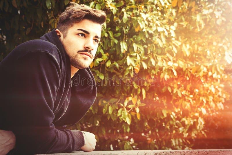 Hombre italiano de la armonía joven hermosa - el esperar romántico fotografía de archivo