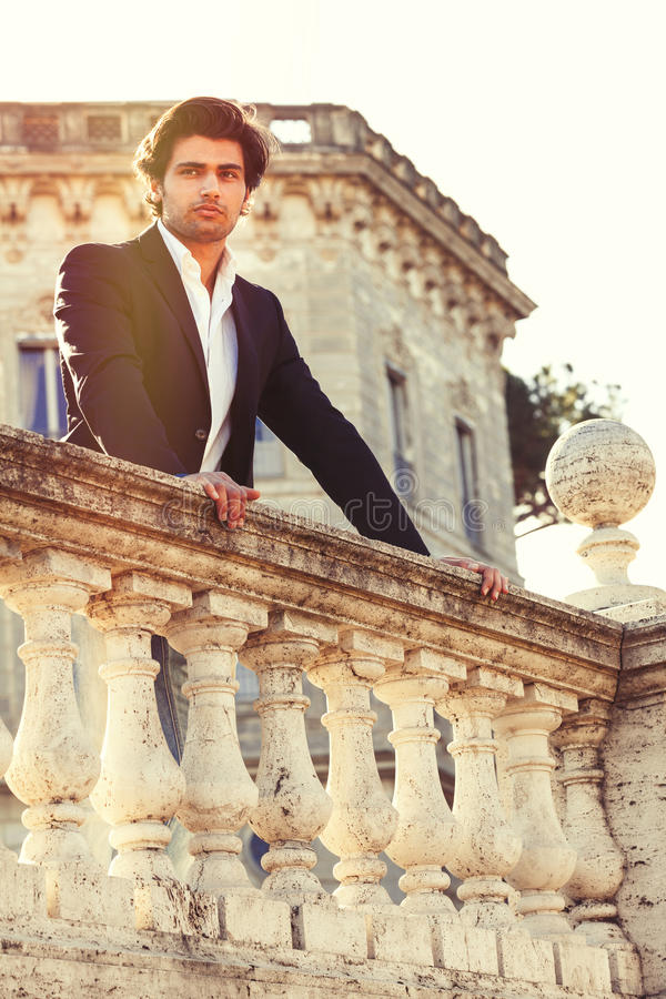 Hombre italiano pensativo del negocio hermoso elegante Príncipe encantador fotografía de archivo libre de regalías