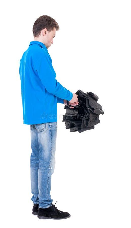 Hombre joven adentro en un suéter de punto blanco debajo de un paraguas imagen de archivo libre de regalías